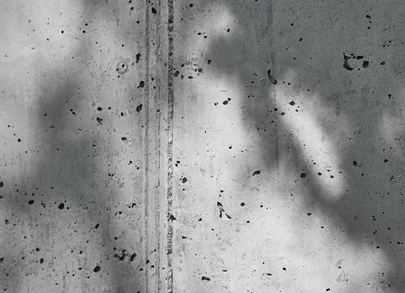 Lunker und Schüttungslagen verleihen den Sichtbetonflächen die Optik und Haptik eines Sandsteinbaus. Foto: Udo Schönewald