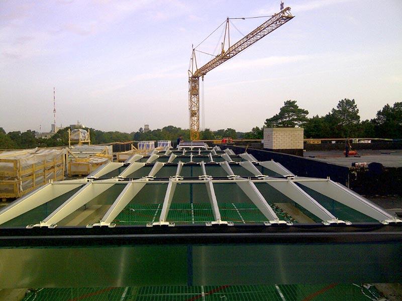 Zuerst erfolgte die Installation der mitgelieferten Träger, die später die Module tragen werden. Foto: Velux