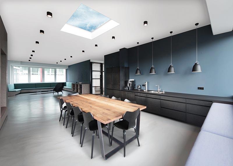 Mit flächenbündigem Wärmedämmglas wird das neue Flachdach-fenster Stella von Indu Light zu einem wahren Lichtblick auch in Wohn- und Arbeitsräumen. Foto: Indu Light