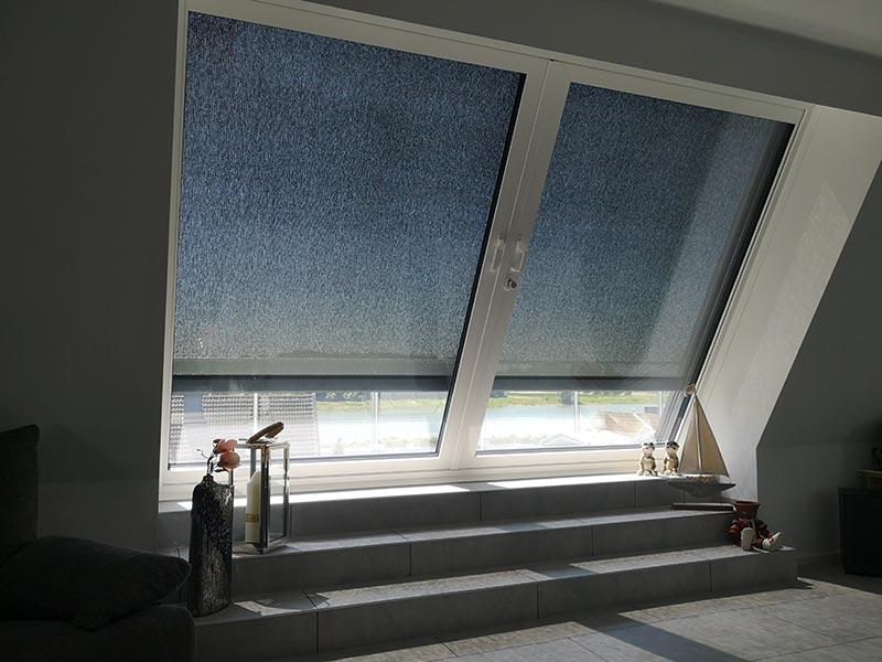 Die Markise für den Sonnenschutz wurde mit einem lichtdurchlässigen Stoff versehen, da eine vollständige Verdunklung von Wohnräumen – im Gegensatz zu Schlafzimmern – nicht zu empfehlen ist. Foto: LiDEKO, Daniel Lüdeke