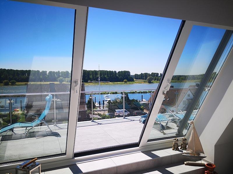 Die beiden Flügel des LiDEKO Balkonausstiegsfensters sind abschließbar und lassen sich per Hand spielend leicht öffnen und schließen. Foto: LiDEKO, Daniel Lüdeke