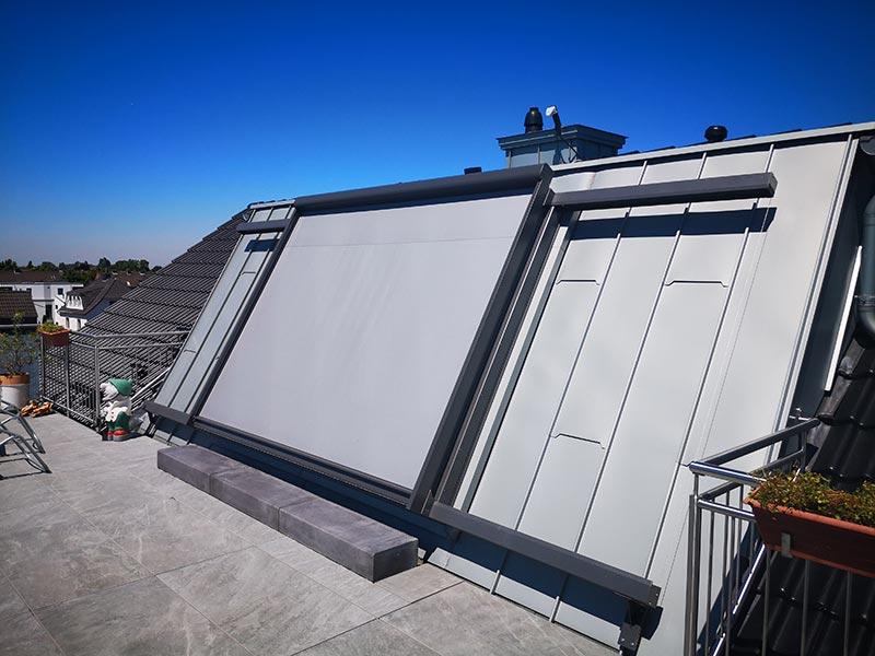 Die Stehfalz-Zinkbleche seitlich des Fensters erforderten eine außergewöhnliche Lösung für die Montage, da sie nicht durchbohrt werden durften. So wurde die Dichtheit des Daches dauerhaft gewährleistet. Foto: LiDEKO, Daniel Lüdeke