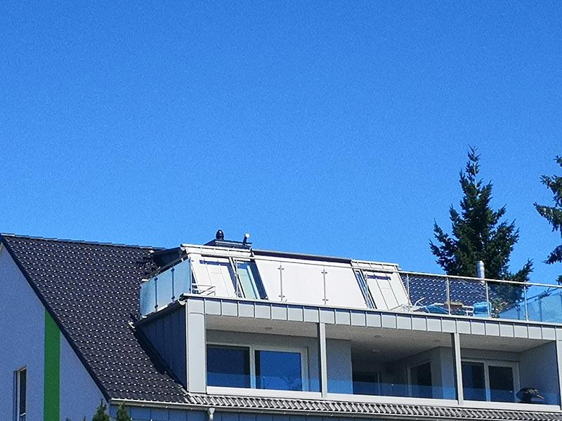 Über der Gaube, die im zweiten Stock des Wohnhauses für eine komfortable Kopfhöhe sorgt, ist die neue Dachterrasse entstanden. Deutlich sichtbar ist hier die Aufkeilung des Dachbereichs über der Gaube. Foto: LiDEKO, Daniel Lüdeke
