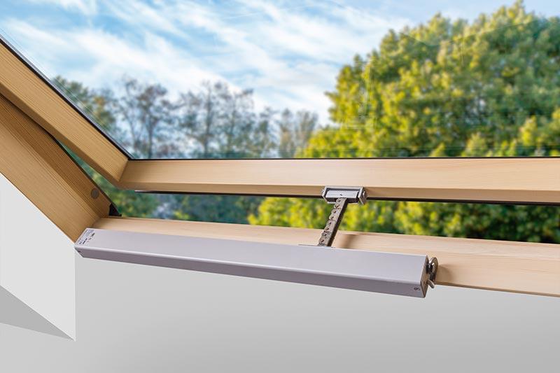 Der Kettenantrieb des FSR P1 öffnet den Schwingflügel des FSR P1 auf 90 Grad. Damit lässt sich für das Fenster der größtmögliche geometrische Öffnungsquerschnitt für die Entrauchung erreichen. Je nach Fenstergröße sind geometrische Öffnungsquerschnitte von 0,5 bis 1,