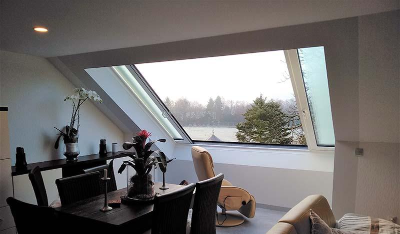 Große Dachschiebefenster – wie hier von LiDEKO – helfen dabei, die in der DIN EN 17037 geforderte Lichtmenge auch in Dachgeschossen mühelos zu erreichen. Der enorme Lichtgewinn erhöht hier den Wohnwert ganz erheblich. Foto: Perfect Sound PR