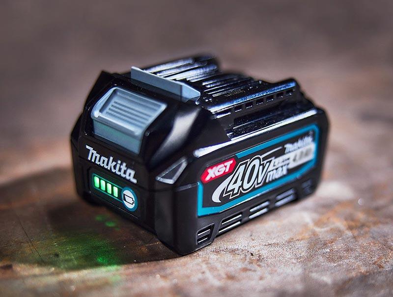 Der neue Makita XGT-Akku mit 40 V max. und 4,0 Ah ist in nur 45 Minuten aufgeladen.