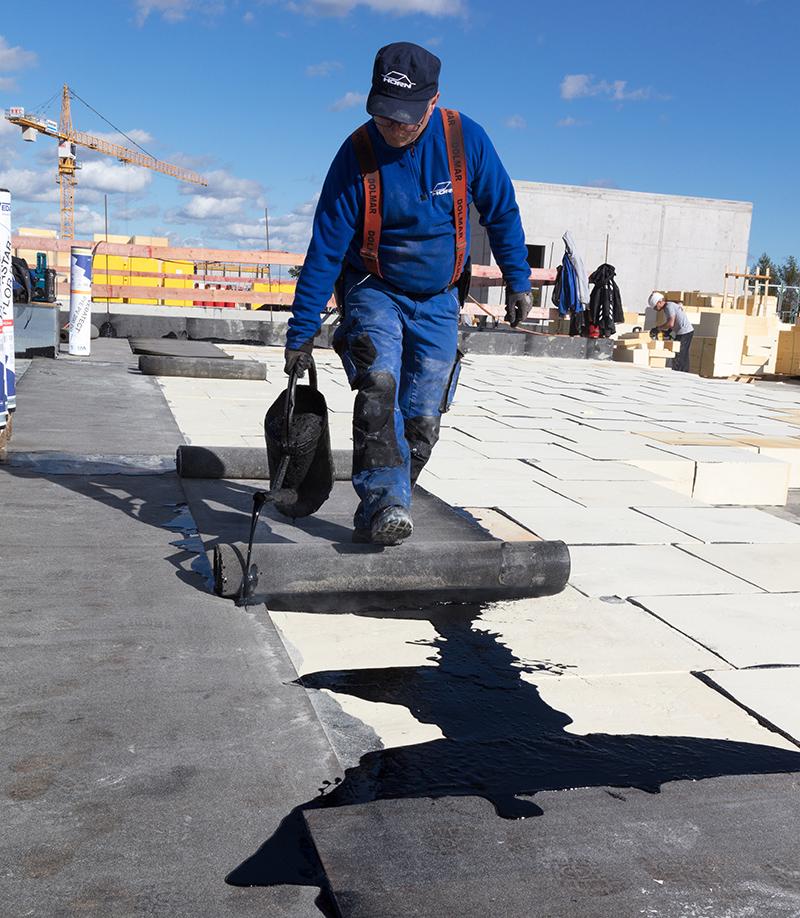 Beim Kompaktdach von puren werden die Dämmplatten komplett mit Bitumen eingegossen. Foto: puren