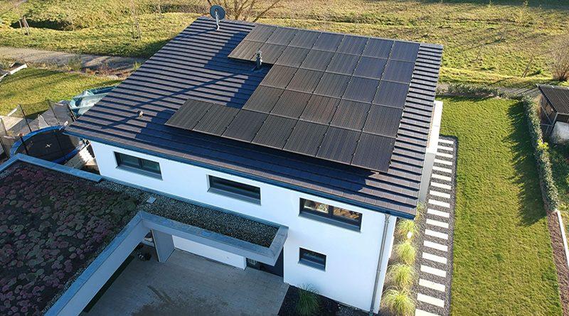 Mit der Photovoltaikanlage mit knapp 10 Kilowatt Leistung kann die Familie 74 Prozent ihres Strombedarfs decken. Foto: Adrex