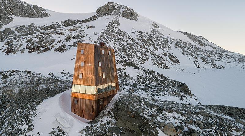 Die neue Schwarzensteinhütte integriert sich in den Bergfels, hebt sich durch ihre kupferkaschierte Oberfläche aber von der hochalpinen Umgebung ab. Fotos: Velux / Stifter + Bachmann / Oliver Jaist