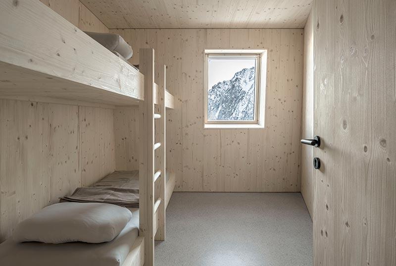Wie das restliche Interieur sind auch die Gästezimmer mit unbehandeltem Fichtenholz vertäfelt und möbliert. Der Blick durch die Velux Fenster lässt die Berglandschaft wie ein Gemälde erscheinen. Fotos: Velux / Stifter + Bachmann /Oliver Jaist