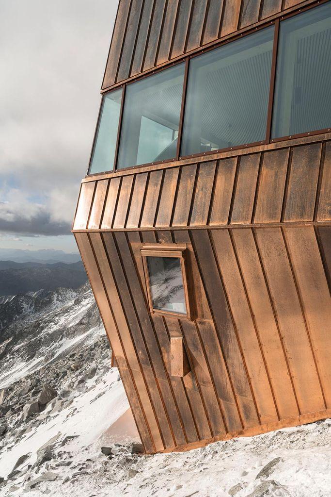 Durch ihre exponierte Lage bietet die neue Schwarzensteinhütte ihren Gästen einen atemberaubenden Blick über die Zillertaler Alpen, die hohen Tauern und die Rieserfernergruppe bis hin zu den Dolomitengipfeln der Marmolata. Foto: Velux / Stifter + Bachmann / Oliver Jaist