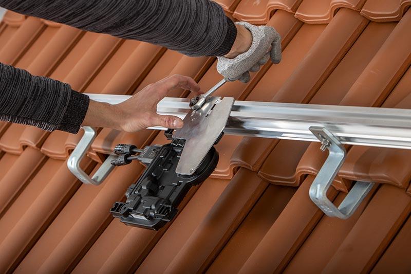 Die Mikrowechselrichter von Enphase sind bewährte Bauteile und einfach zu installieren. Foto: Creaton GmbH