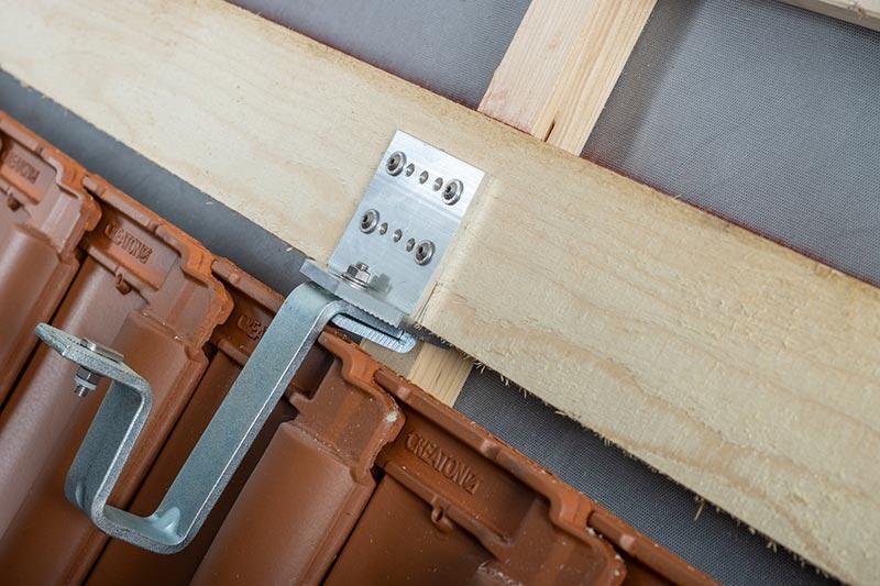 Das Trägersystem wird sicher an der Lattung verschraubt. Fotos: Creaton GmbH